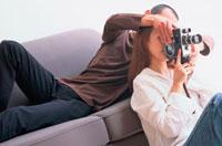 カメラを撮る女性と支える男性