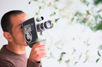 8ミリカメラを持つ男性