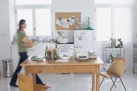 キッチンを歩く女性のシルエット