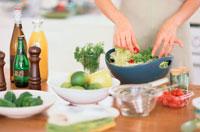 サラダを盛る女性の手元