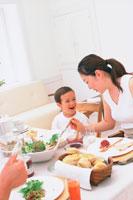 男の子とママのいる食卓