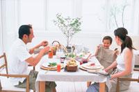 男の子とママとパパのいる食卓