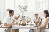 食卓を囲む親子三人