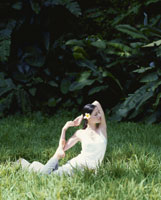 ヨガのポーズをとる女性 21015001678| 写真素材・ストックフォト・画像・イラスト素材|アマナイメージズ