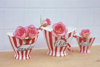 ポップ調なバケツに薄ピンクのバラ
