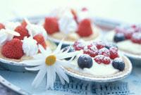 ラズベリーとブルーベリー・苺のカップケーキとマーガレット