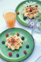 皿の上のワッフルとオレンジジュース