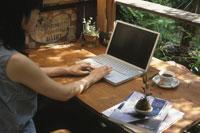 部屋でパソコンを使う日本人女性