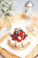 苺とブルーベリーをのせたパイと花瓶に白小花等