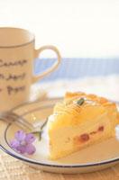 お皿にのったイエロータルトケーキ・紫小花1輪