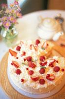 苺・ラズベリーのケーキ 花瓶にクジャクソウ
