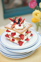 重ねたお皿にのせたナポレオンパイケーキ・ラナンキュラス