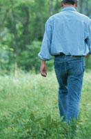 歩く男性の後ろ姿