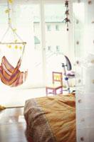 ベッドやハンモックや子供用のイスがある部屋