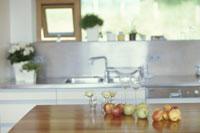 バラの一輪挿しやフルーツのあるキッチン