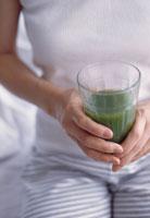 野菜ジュースを持つ女性 21022000577| 写真素材・ストックフォト・画像・イラスト素材|アマナイメージズ