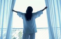 カーテンを開ける女性 21022001057A  写真素材・ストックフォト・画像・イラスト素材 アマナイメージズ