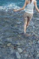 川で遊ぶ女性