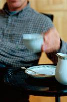 コーヒーカップを持つ男性 21022001422| 写真素材・ストックフォト・画像・イラスト素材|アマナイメージズ