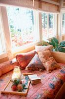 窓辺のソファとクッション