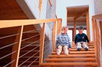 階段に座る2人の子ども