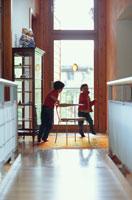 キッチンで遊ぶ外国人の子供
