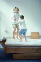 ベッドの上で遊ぶ外国人の子供