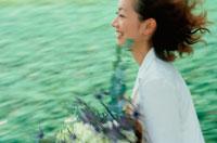 花束を持って歩く女性