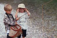 釣竿を持つ男の子と帽子の女の子 21022001702| 写真素材・ストックフォト・画像・イラスト素材|アマナイメージズ