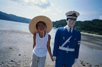 警官の人形と麦藁帽子の男の子