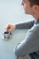 コーヒーカップに手を添える外国人男性