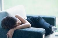 ソファの横たわる女性