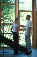 窓辺の階段の脇で話をする男女