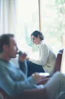 読書する女性の手前でイスに座る男