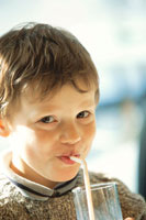 ストローを口に加える外国人男の子 21022001956| 写真素材・ストックフォト・画像・イラスト素材|アマナイメージズ