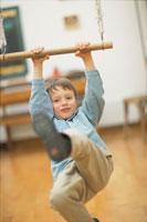 室内でブランコで遊ぶ男の子