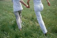 手を繋いで走る男女
