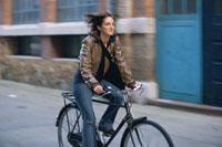自転車に乗って走る女性