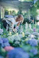 花屋で花を選ぶ外国人女性