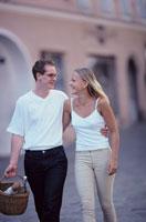 街中で腰に手を回して歩くカップル