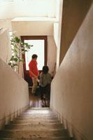 階段下の男性と女性