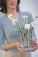 花瓶を持つ女性 21022002069| 写真素材・ストックフォト・画像・イラスト素材|アマナイメージズ
