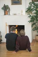 暖炉の前に座るカップル