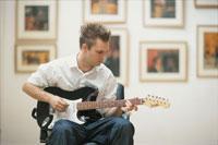 ギター弾く外国人男性