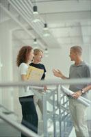廊下で会話する外国人男女グループ
