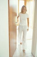 ドアを開ける外国人女性