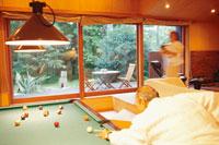 ビリヤードをする男性 21022002171| 写真素材・ストックフォト・画像・イラスト素材|アマナイメージズ