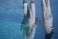 水面に映る白い服のカップル