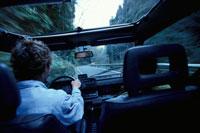 ドライブする男性の後ろ姿