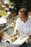 本を読む日本人中高年男性